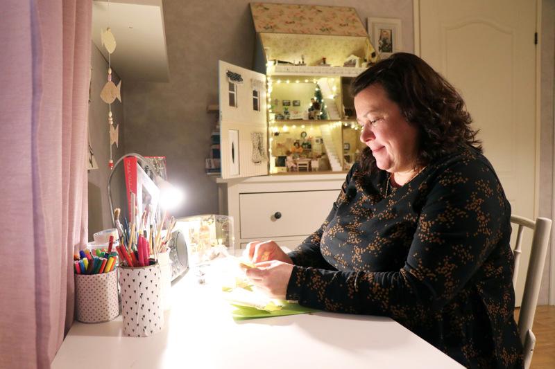 Kun Kristiina Rahkonen innostuu askartelemaan nukkekotiinsa uusia huonekaluja, työpöydän ääressä saattaa vierähtää vaikka kokonainen päivä.