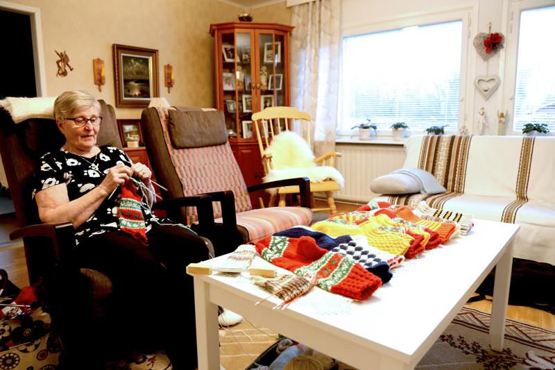 Liisa Wistbacka on tikannut villasukkia korona-aikana Tikkarikerhon sijaan kotona nojatuolissa. Lahjoitukseen on kertynyt 11 paria. Tikkarikerho kokoontuu pitkästä aikaa maanantaina keräämään yhteen valmiit sukat, jotka lahjoitetaan ambulanssiin, Harjukodille ja terveyskeskukseen.
