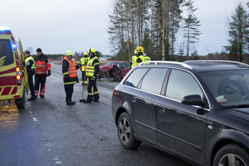 Onnettomuudessa oli osallisena kolme henkilöautoa, joista yksi pääsi jatkamaan matkaa vain vähän vaurioituneena.