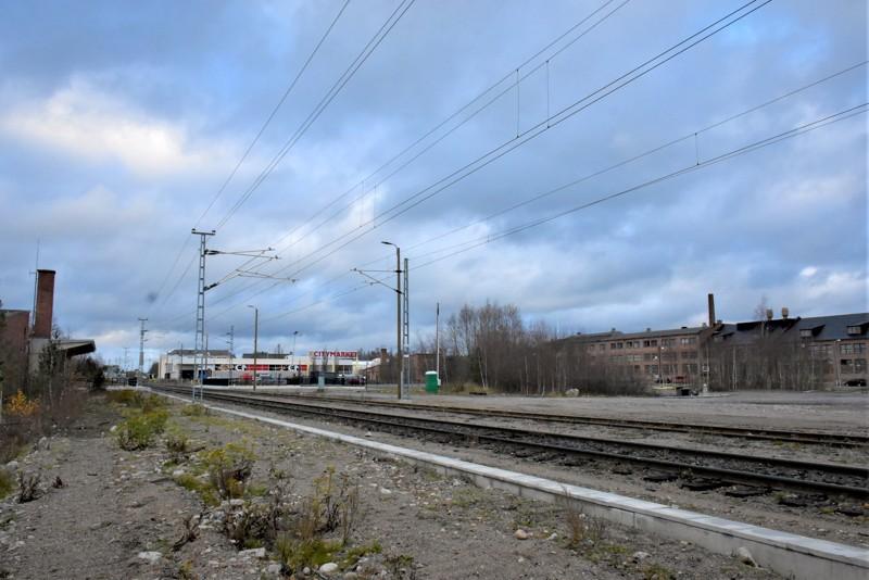 Siikaluodossa tapahtuu. Pietarsaaren kaupunki hankkii rautatien molemminpuoliset maat haltuunsa ja tarjoaa niitä tonteiksi erilaiselle kaupankäynnille.