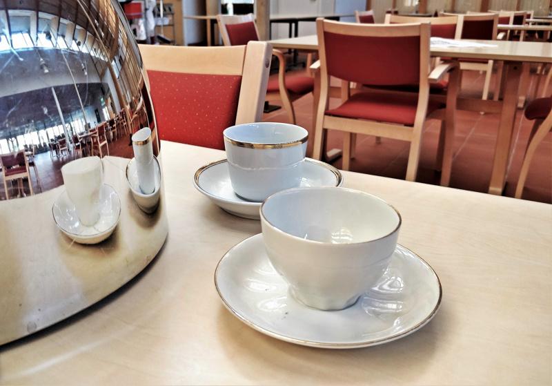Edessä oleva kultareunainen kahvikuppi 1970-luvun alkupuolelta kuuluu astiastoon, joka on peräisin tiettävästi vanhalta seurakuntakodilta Koulukadulta. Huutokaupassa on myynnissä 49 kuppia ja 89 kahvilautasta.