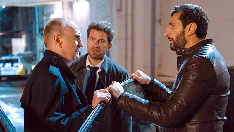 Hankala tutkinnanjohtaja Mørck (Nikolaj Lie Kaas keskellä) sekä esimies (Søren Pilmark) ja etsiväpari Assad (Fares Fares).
