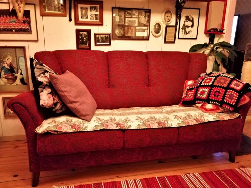 Tämä modernia tuotantoa oleva sohva hakee linjoja rokokoosta.