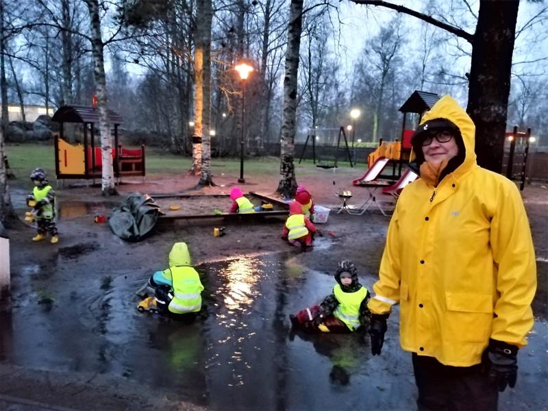 Seurakunnan lastenohjaajaa Riitta Iso-Kungasta saati lapsia eivät raikkaat syyskelit haitanneet torstaina Kirkkorannalla.