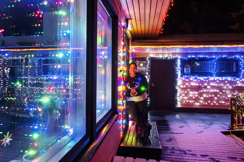 Kristiina Klemola lisää valoja joka vuosi. Sähkömiestä tarvitaan pian, sillä nyt valot ovat yhden pistorasian takana.