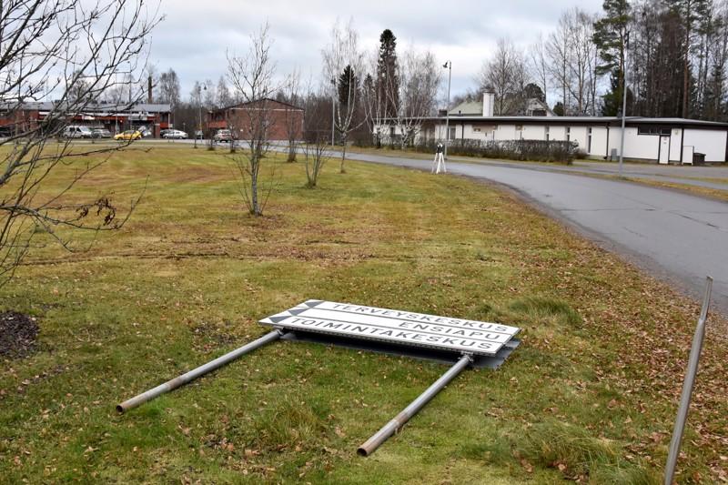 Maassa. Iso opastekyltti oli kaadettu nurmikolle.