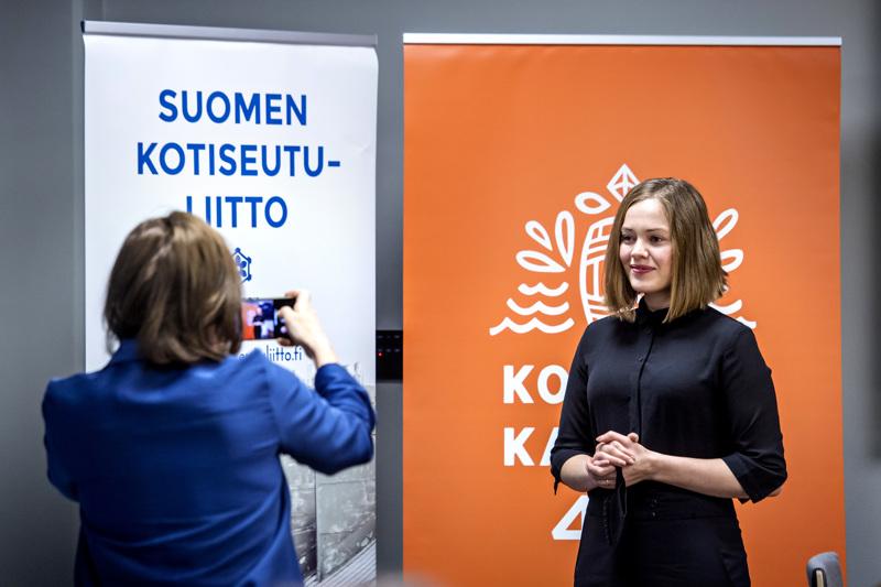 Suomen kotiseutuliiton viestintäpäällikkö Anna-Maija Halme kuvasi Oona Airolaa kotiseutupäivillä Kokkolassa.