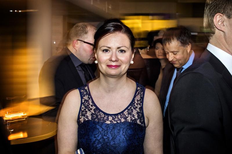 Nyt on syytä laittaa ykköset ylle. Maria Sorvistoa hymyilyttää valtiolta saatu 1,5 miljoonan euron harkinnanvarainen avustus Ylivieskan kaupungille.