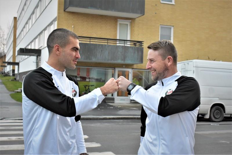 Jaron uusi päävalmentaja Jimmy Wargh (oikealla) ja uusi avustava valmentaja Pavle Milosavljević tekivät voimatevehdyksen Jaron toimiston edustalla.
