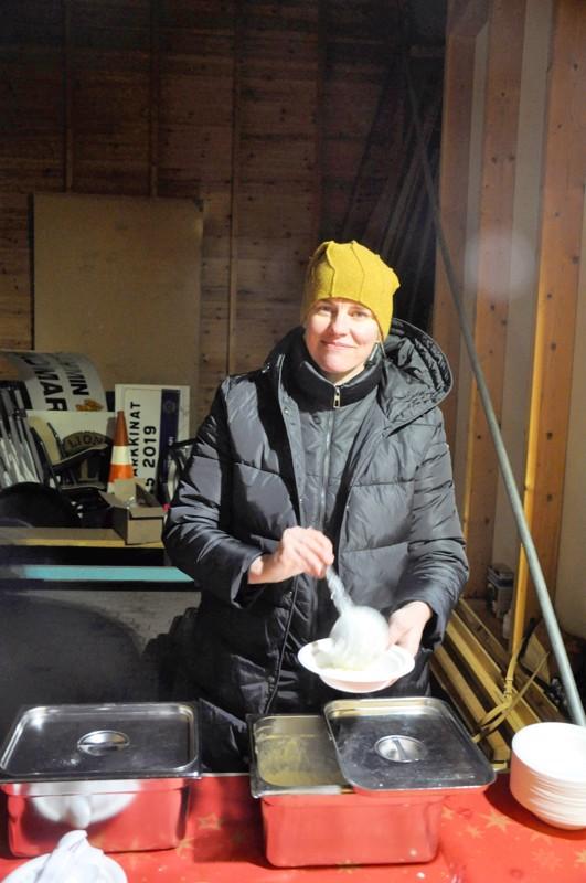 Aili Myllykoski annosteli riisipuuroa Toholammin joulunavauksessa.