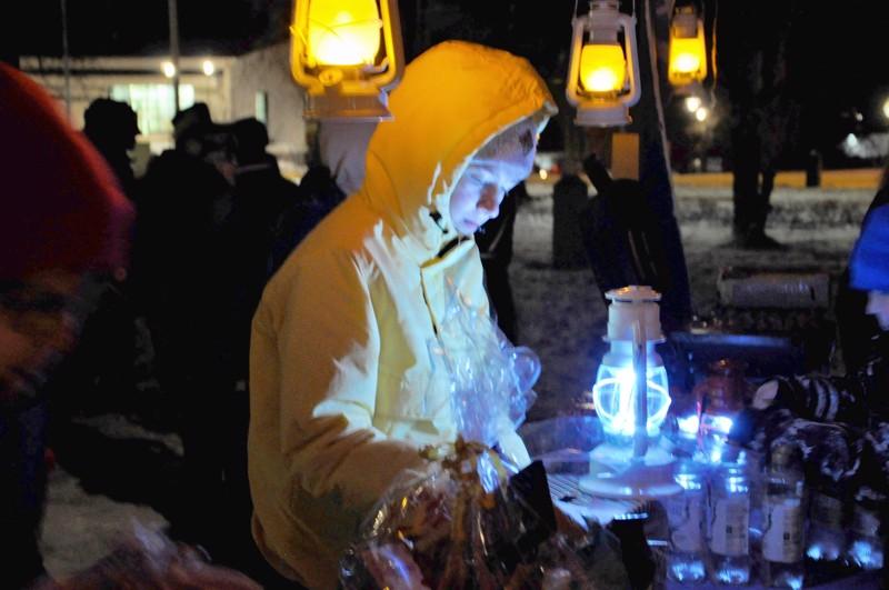 Elsa Salonen oli leiponut kakun joulunavaustapahtumaan ja osti arpoja.