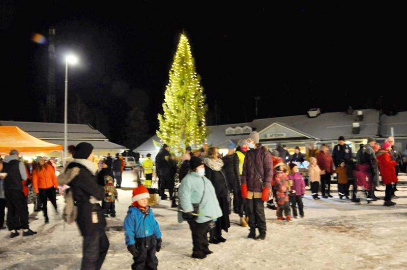 Toholammin joulukuusen latva on yhdeksän metrin korkeudella.