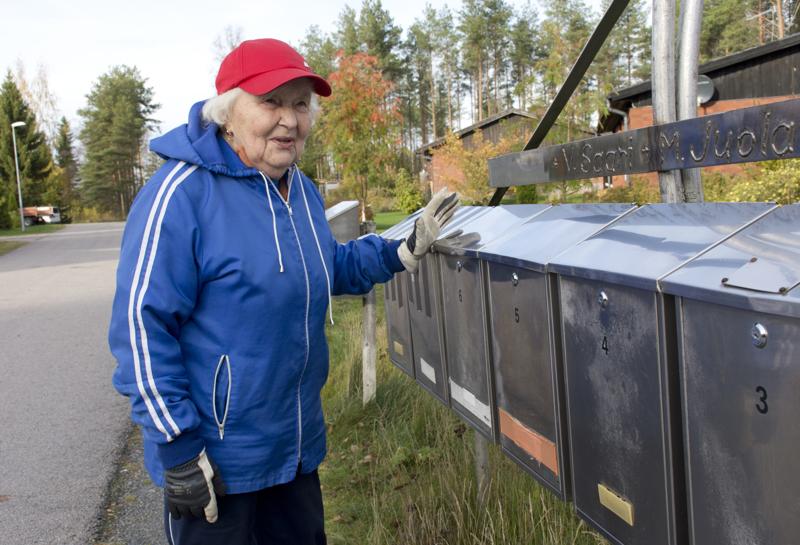 Vanhempi Leena Rahkola postilaatikollaan.