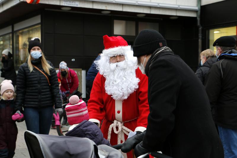 Joulupukki tervehti lapsia Purje-lavan ympäristössä Kokkolan keskustassa. Väkeä oli liikkeellä, mutta ei ihan aiempien vuosien tungoksen tapaan.