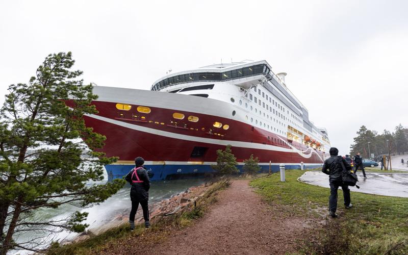 Viking Linen matkustaja-alus Viking Grace ajoi karille Maarianhaminan edustalla Ahvenanmaalla.  Alus ajautui käytännössä rantaan. Aluksella oli Meripelastuskeskuksen mukaan yhteensä 331 matkustajaa ja 98 miehistön jäsentä.