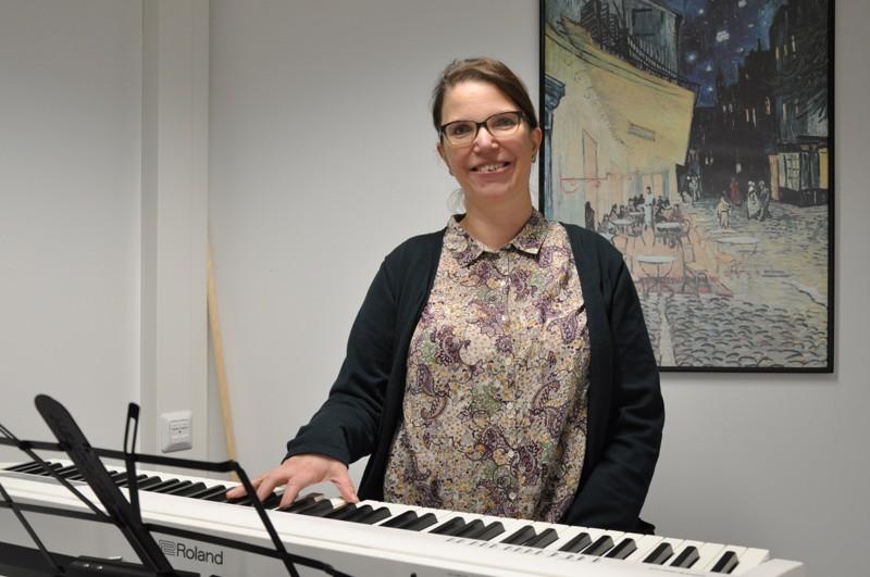 Heli Uusimäen työhuoneen tärkein kaluste on sähköpiano. Myös nurkassa häämöttävä jumppakeppi on tärkeä apuväline laulajan ryhdin avaamiseksi.