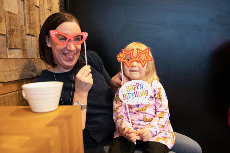 Marjut Sundvik kertoo saaneensa itse apua vaikeina aikoina, joten nyt hän haluaa laittaa hyvän kiertämään eteenpäin Onnea Ry:n avulla. Menossa mukana myös pian kolmevuotias Ella-tyttö.