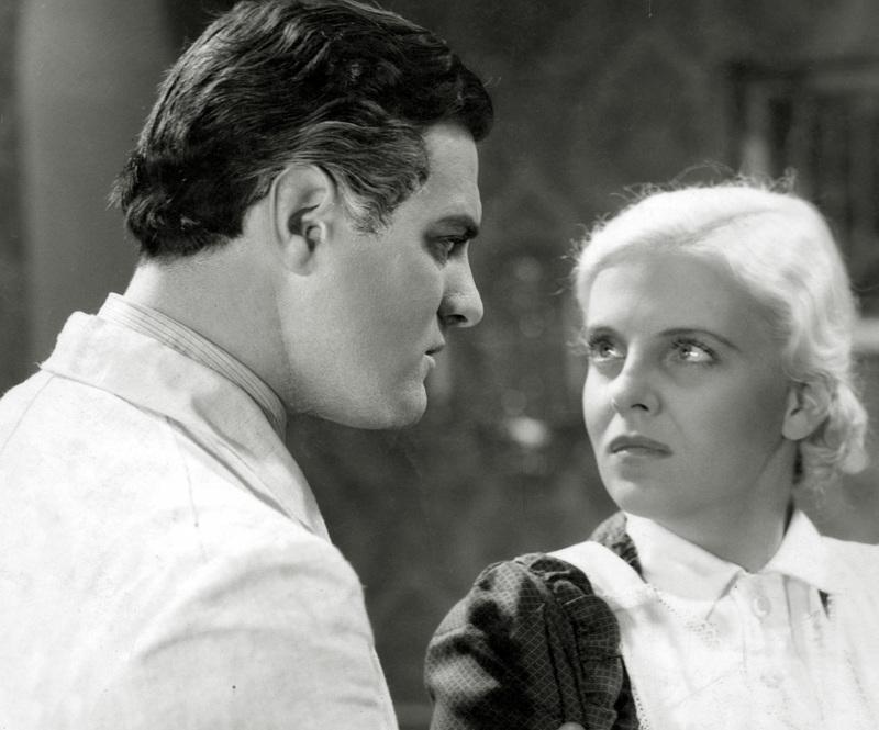 Eteenpäin – elämään kertoo senaattorin veljenpojan (Tauno Palo) ja kartanon sisäkön (Regina Linnanheimo) epäsäätyisestä rakkaudesta.