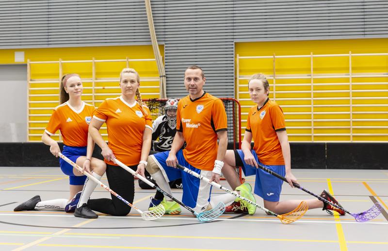Tilavaan Merenojan liikuntahalliin mahtuvat sekä miehet, että naiset treenaamaan samaan aikaan. Sekamuurissa ovat Sara Tavasti, Paula Mäkelä, Ari Siipola sekä Niklas Siermala ja taustalla maalissa on Tuomas Siermala.