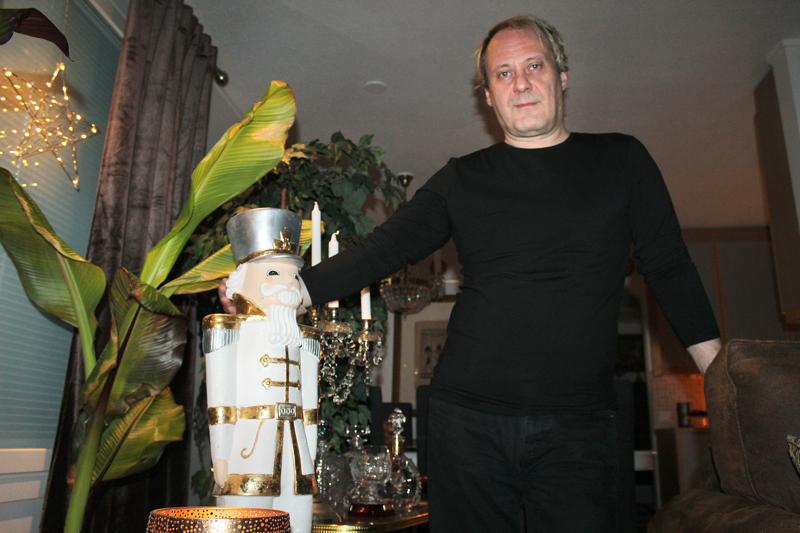 Pauli Kärjä tykkää koriste-esineistä, jotka ovat löytäneet Vuorenkallion kodissa oman paikkansa. Monet niistä on tilattu nettikaupasta, kuten tämäkin jouluinen kimalteleva sotamies.