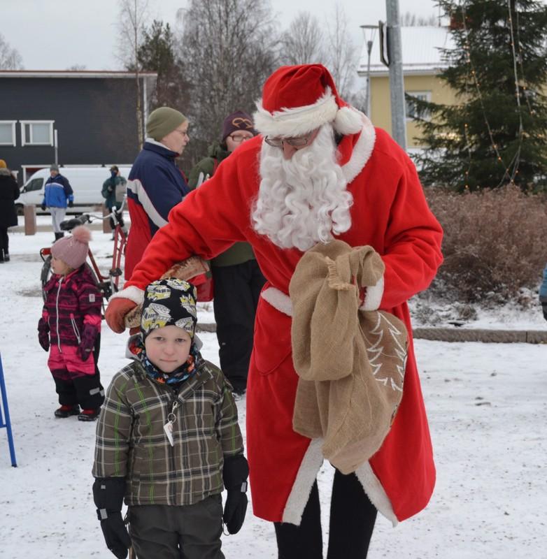 Otso Räihä Lahdesta pääsi tapaamaan joulupukkia mamman luona kyläillessään.