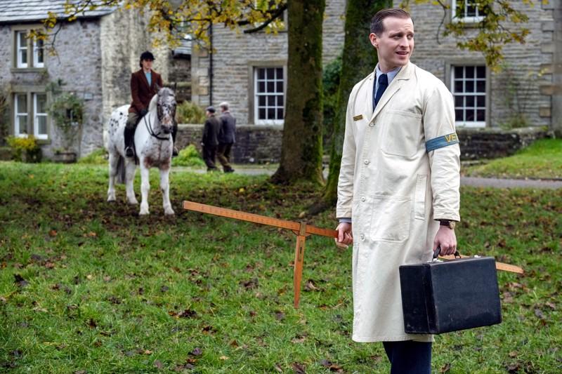 Vastavalmistuneella konitohtorilla kaikki valmiina kotikäyntejä varten. James Herriotia esittää ensiroolissa Nicholas Ralph.