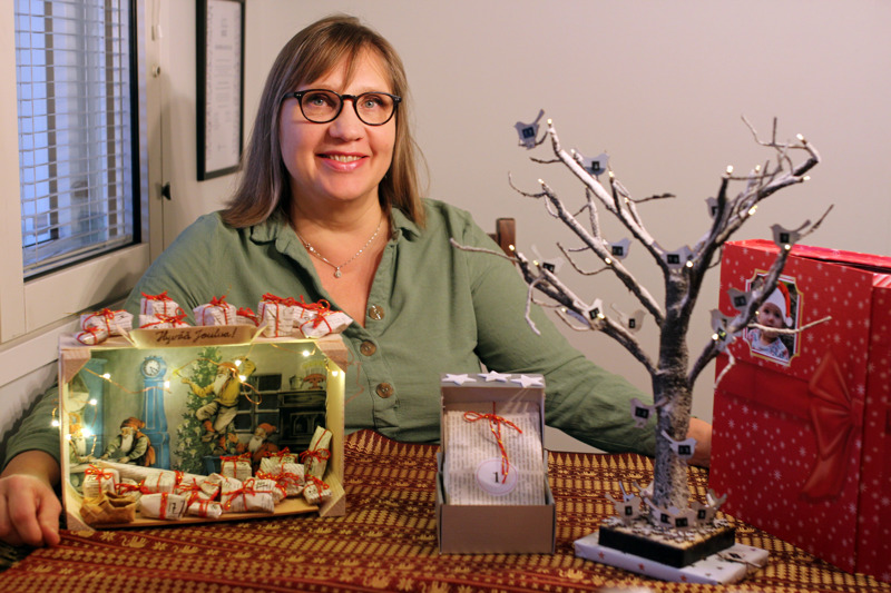 Joulukalenterit on nyt tehty, mutta Anne Lampelalla on vinkki myös uuteenvuoteen: tyhjien tuikkukuppien sisäpuolelle voi kirjoittaa sanoja, jotka ennustavat tulevaisuutta. Kun kupit laittaa nurinpäin kauniille alustalle, on tinan korvaava perinne valmis.