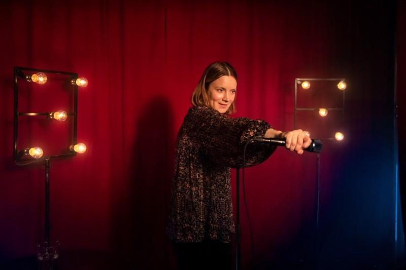 Antaa palaa! Elena Leeve osallistaa yleisönkin välillä mukaan Marian lavakomiikkaan.