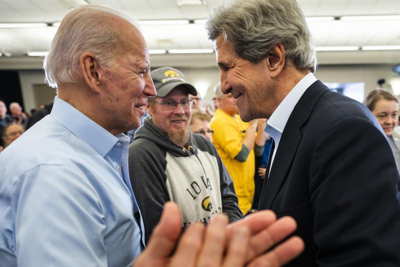 Joe Biden ja Yhdysvaltain entinen ulkoministeri John Kerry Bidenin kampanjatilaisuudessa helmikuussa, kun Biden oli pyrkimässä demokraattien presidenttiehdokkaaksi. Biden aikoo nimittää Kerryn ilmastolähettilääkseen.
