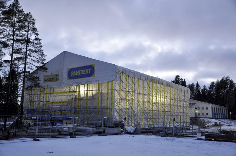 Toholammin kirkonkylän koulukeskuksen uudisrakennuksen rakennustyöt etenevät sääsuojan alla. Koulun on tarkoitus valmistua ensi vuoden lokakuun loppuun mennessä.
