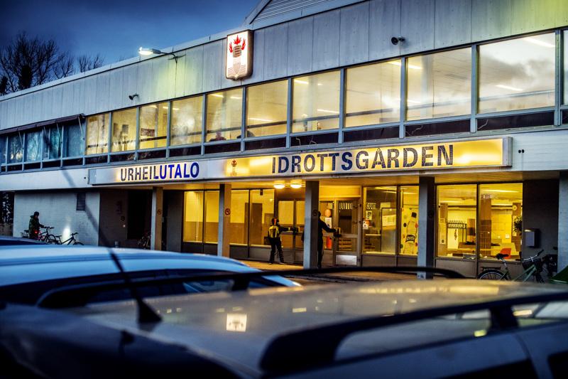 Yksi Kokkolan Urheilutalon parkkipaikalla pysäköitynä olevista autoista lähti taskuvarkaan matkaan viikonloppuna.