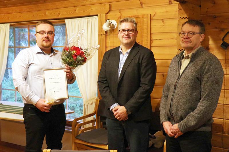 Miika Leppävuori vastaanotti maaseutuasiamies Jukka Hautamäen ja kunnanjohtaja Hannu Jyrkän toimittaman huomionosoituksen.
