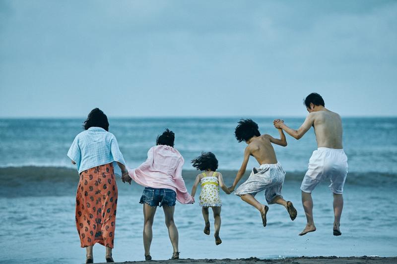 Cannesin festivaalin pääpalkinnon voittanut sydämellinen elokuva kertoo pikkurikollisten perheestä, joka ottaa hylätyn pikkutytön huostaansa. Odottamaton tapahtuma panee heidän yhteiselonsa koetukselle.