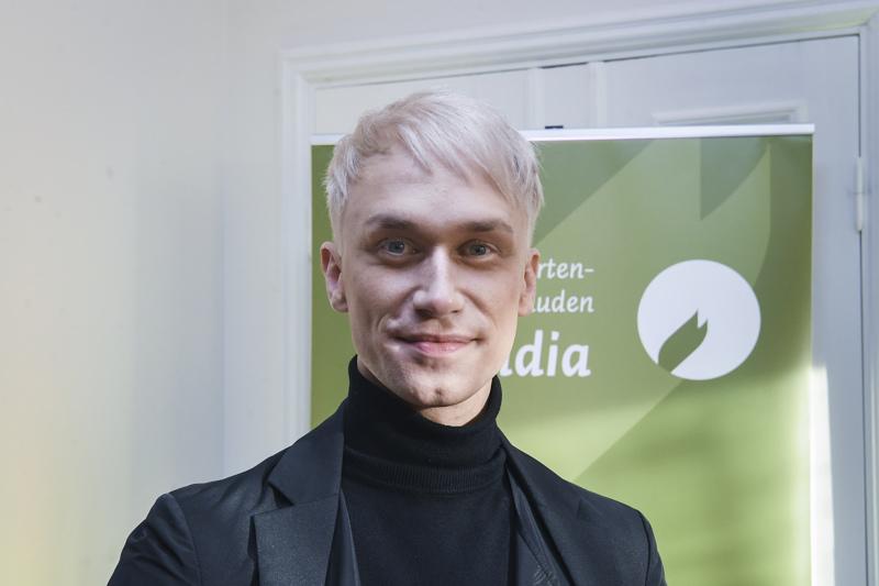 Näyttelijä Christoffer Strandberg päättää tänä vuonna, kuka saa lasten ja nuortenkirjallisuuden Finlandia-palkinnon.