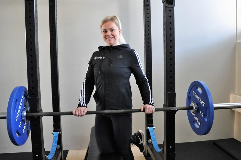 Janika Kivelä treenaa ja kilpailee voimalajeissa monipuolisesti.
