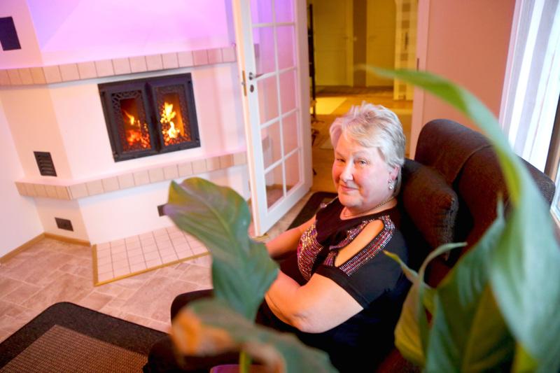 Iltaisin Liedeksen Taipaleessa kaksin asuva pariskunta katsoo usein televisiota. Sisko Nygård juuttuu mieluusti leivontaohjelmien ääreen pitämään tulta yllä takassa.