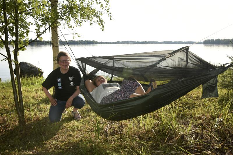 Maaselän Latu on osallistunut Nuku yö ulkona -kampanjaan. Kuvassa Heli Hilliaho ja Marja-Liisa Hylkilä valmistautumassa kesäyöhön ulkona.