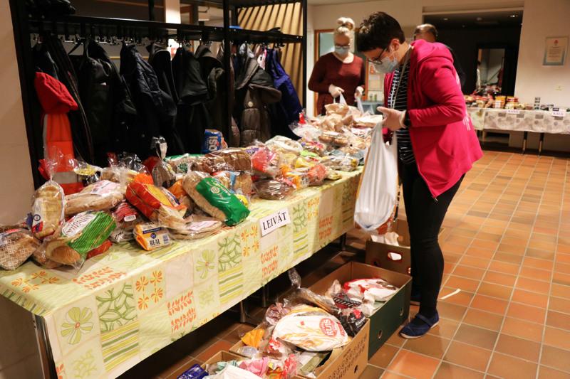 Seurakunnan työntekijät pussittivat yhdessä vapaaehtoisten kanssa ruokaa vähävaraisille. Lastenohjaaja Marianne Leskinen leipäpöydän äärellä.