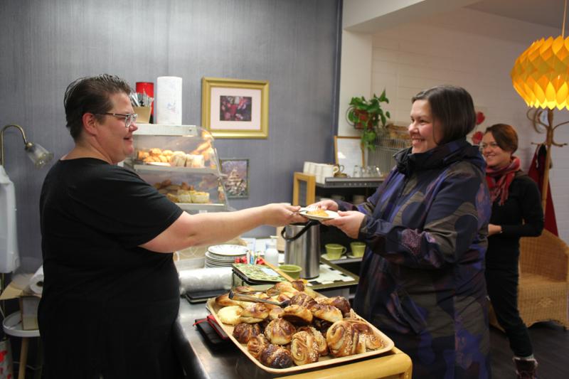 Päivänsäteen kahvilassa hymy on herkässä sekä yrittäjä Eija Kuosmasella että asiakkailla. Taina Jordan ja Anna Hämeenaho tulivat päiväkahveille.