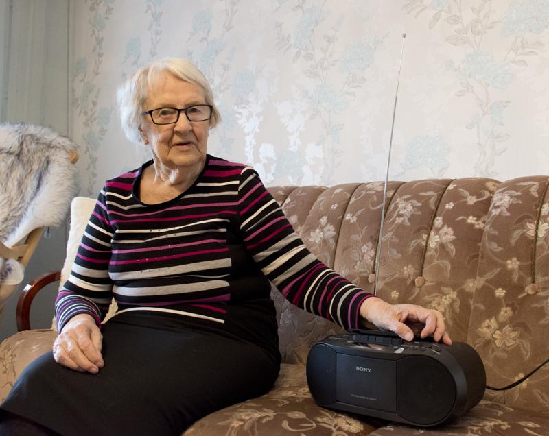 Lähes sokea Sisko Saarela on radion ja äänikirjojen suurkuluttaja.