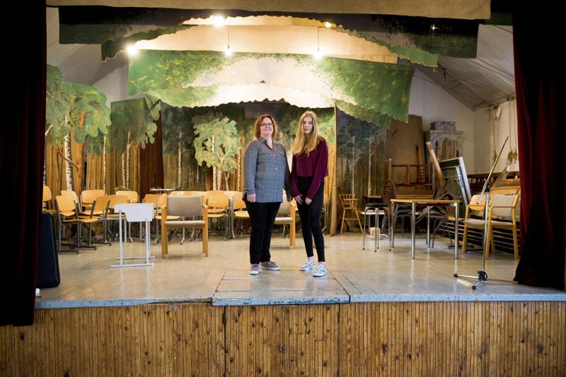 Kati Toivoniemi (vas.) ja hänen tyttärensä Veera Toivoniemi ovat muun teatteriporukan kanssa pitäneet viime ajat taukoa musikaalivalmisteluista.