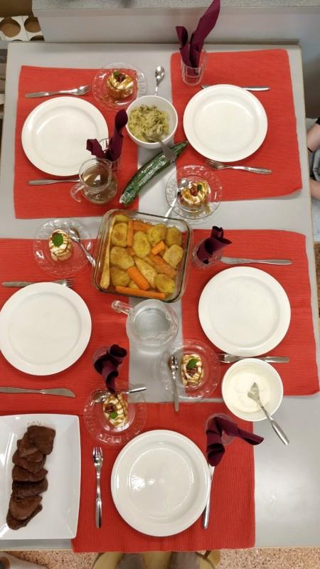 Valmis. Juhani Vuorisen koulun kahdeksasluokkalaiset saivat aterian valmiiksi.