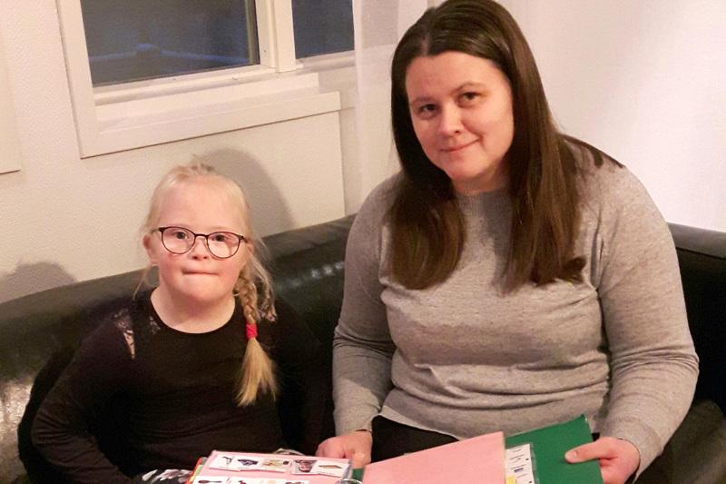Minea ja Tiina Leskelä. Minea käy toista vuotta esikoulua Perhon kirkonkylällä ja Tiina Leskelä on tyttärensä omaishoitaja.