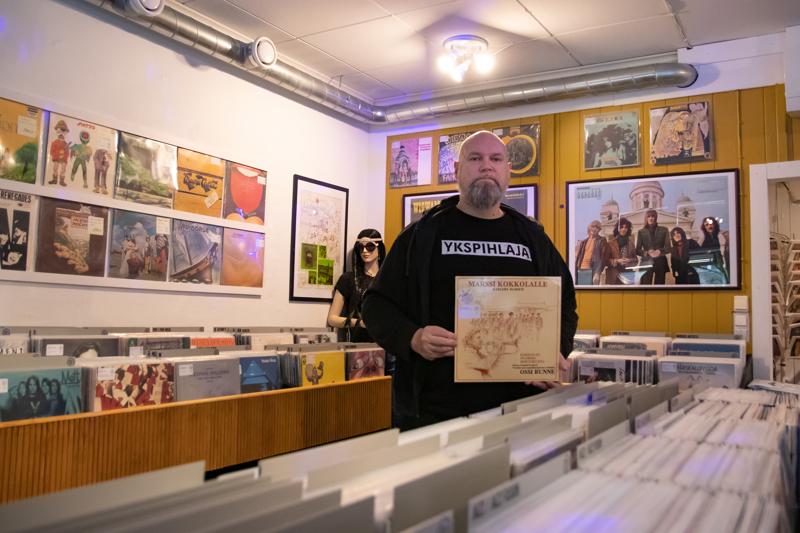 Pekka Hietalahti on monessa mukana oleva kokkolalainen kulttuurivaikuttaja. Soittamisen lisäksi hän on osakkaana Kokkolan Isokadulla sijaitsevassa Levykauppa 33 RPM Oy:ssä.