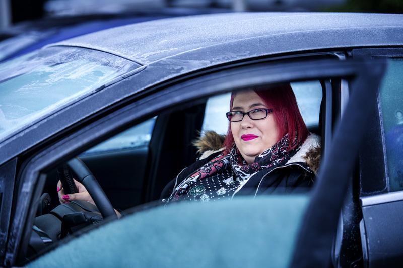 Kälviäläinen Tatjana Kinnari tykkää käydä autoilutreffeillä. Auto on kotia puolueettomampi paikka tavata uusi ihminen, ja lämpimämpi vaihtoehto kuin marraskuinen lenkkipolku.