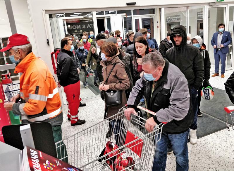 Väkeä riitti Pietarsaaren uusimman tavaratalon avajaisissa jonoksi asti. Sisälle kiirehdittiin maltillisesti.