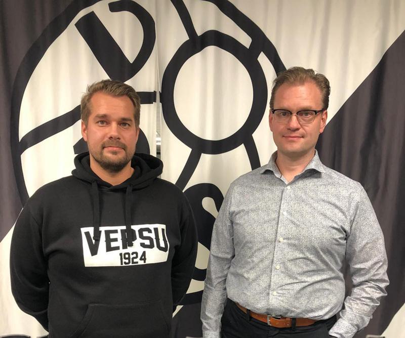 Jukka Karjalainen ja VPS Oy:n puheenjohtaja Timo Harri poseraasivat valmentajasopimuksen kunniaksi.