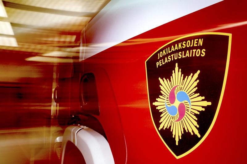 Kalajoen Mehtäkylässä on menossa raskaan ajoneuvon nostaminen ja tie on poikki arviolta tunnin eli noin kello 15.30 asti.