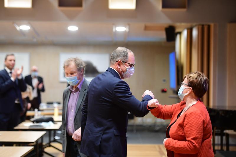 Maakuntajohtaja Jyrki Kaiponen vastaanotti onnitteluita iltayhdeksän jälkeen.