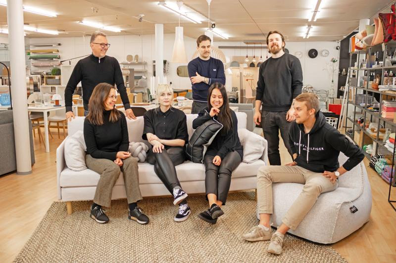 Nivalan Laatukaluste Oy on valittu tämän vuoden yrittäjäpalkinnon saajaksi. Yritys työllistää seitsemän henkilöä. Vasemmalla yhtiön osakkaat Hannu-Pekka ja Minna Havisto.